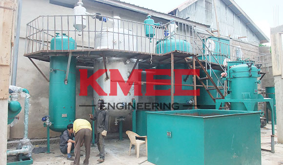 workers   are welding heat conduction oil pipes